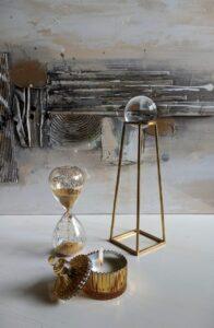 Esfera con pie piramidal dorado
